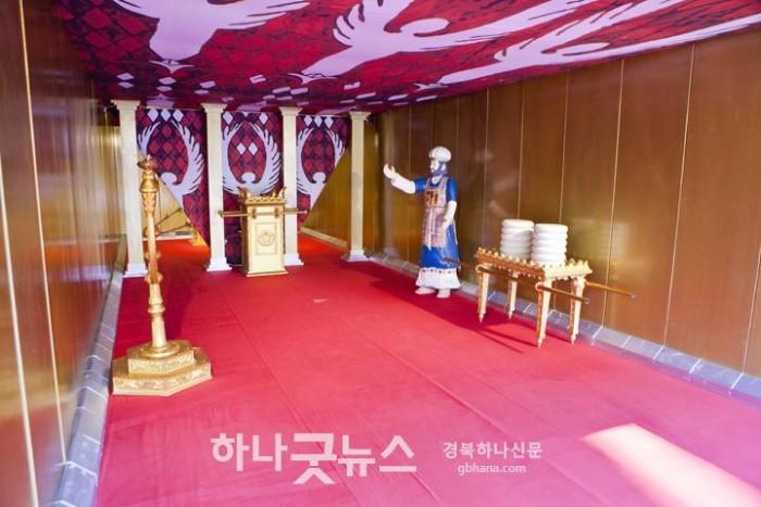 사진3 ▲재현된 성막의 내부 모습.jpg