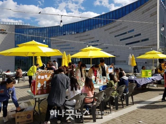 사진4 ▲기쁨의교회 야외광장에서 지역민을 대상으로 프리마켓이 열리고 있다..jpg