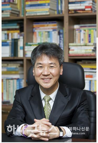김승학목사(서재).jpg