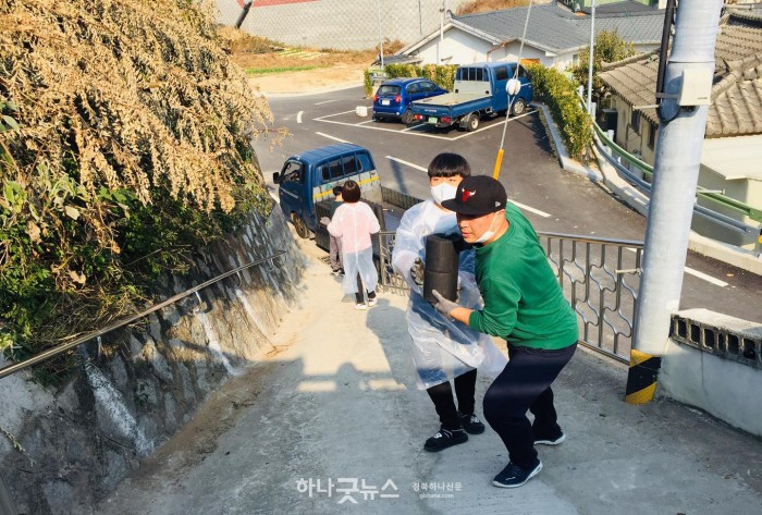 사본 -영주 (추가분)-하망동 성남교회, 저소득층 가구에 연탄 나눔 봉사 (고지대에 연탄을 직접 배달하는 신도들과 학생들 모습).jpg