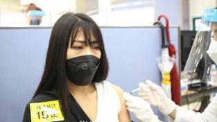 일괄편집_베트남 출신 외국인 근로자 땡자이(29·사진) 씨는 1일 칠곡군 예방접종센터에서 한 번 코로나19 화이자 백신접종을 받고 있다.jpg